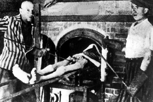 AUSCHWITZ - Fornos crematórios. Milhares de corpos, que tinham encontrado a morte por envenenamento foram reduzidos a cinzas nestes fornos