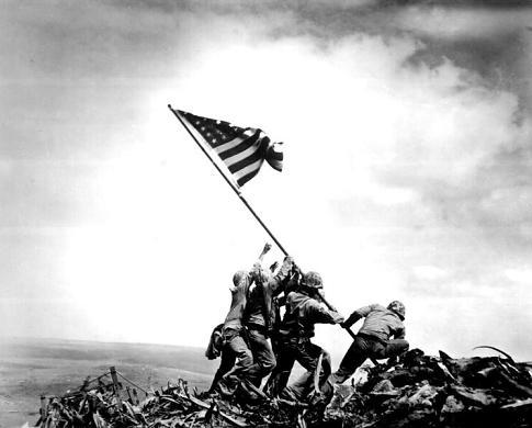 Foto clássica - Bandeira dos Estados Unidos sendo levantada após a batalha em Iwo Jima durante a Segunda Guerra Mundial
