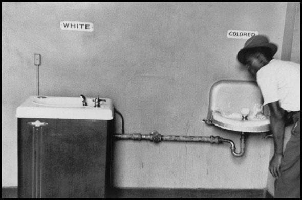 Bebedouros na Carolina do Norte - EUA Década de 50 (os negros ficavam com o resto da água dos brancos)