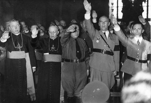 Bispos católicos fazendo reverência a Hitler
