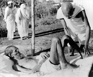 gandhi-oferecendo-massagem-a-um-leproso-no-salvagram-ashram-em-1940