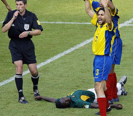 Jogador de Camarões morrendo em campo