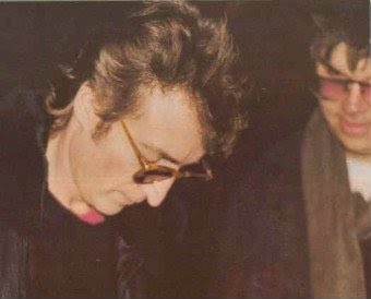 John Lennon dando autógrafo ao seu assassino