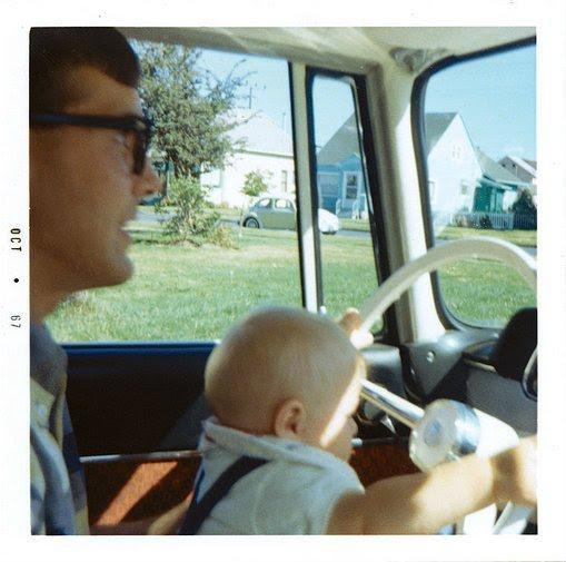 Kurt Cobain com 5 meses no colo de seu pai