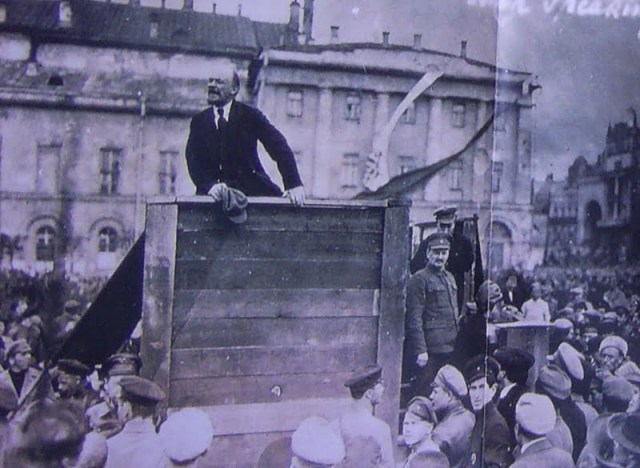 Lenin discursando com Trotsky