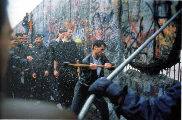 Muro de Berlim sendo derrubado