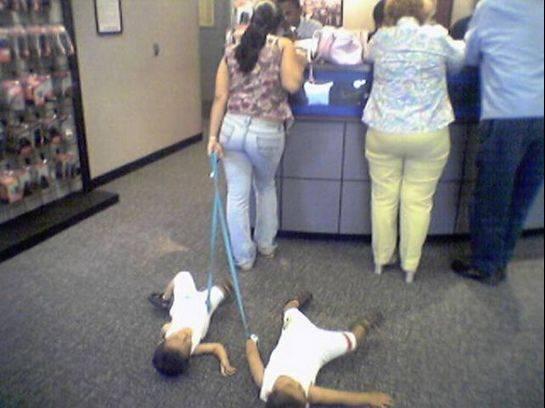 crianças arrastadas no chão